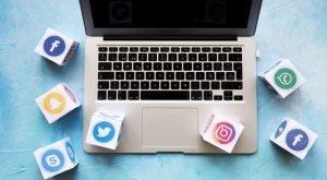 Laptop ce are cuburi de jur imprejur infatisand retelele de socalizare: facebook, twitter, instagram, skype, whatsapp, snapchat
