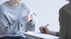 femeie ce sufera de anxietate la clinica de psihoterapie