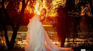 Mireasa la apus - fotografie realizata de fotograf nunta - pe marginea unui lac