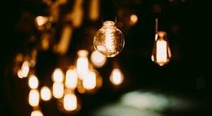 Corpuri de iluminat interior - mai multe becuri agatate pe o ghirlanda, luminand in intuneric